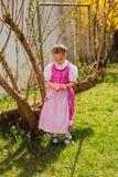 少女装的女孩在手上乏味与色的那些摇晃 免版税库存图片
