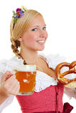 少女装的妇女用椒盐脆饼和啤酒 免版税库存图片