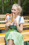 少女装的白肤金发的妇女用椒盐脆饼 免版税库存图片