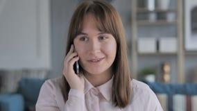 少女谈话在手机,谈论 股票视频