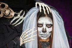 少妇一个新娘在死的面具头骨面孔艺术的一面纱天 库存照片