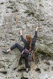 少妇上升的岩石 免版税图库摄影
