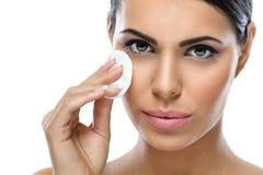 少妇与化装棉的清洁面孔 图库摄影