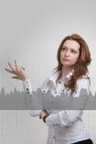 少妇与图表图一起使用 busines的,股市概念未来技术 库存照片