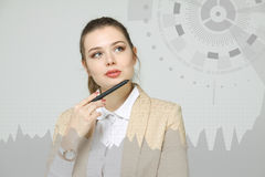 少妇与图表图一起使用 busines的,股市概念未来技术 库存图片