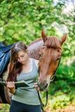 少妇与马的阅读书 库存照片