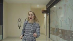 少妇为一次会议在购物中心,慢动作是晚 影视素材