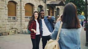 少妇为美好的夫妇非裔美国人的站立在街道的人和白种人女孩照相和 股票录像