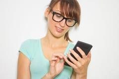 少妇举行数字式计算器。女性微笑的模型被隔绝的白色背景 图库摄影