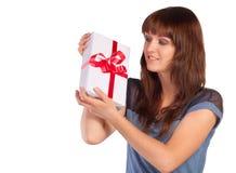 少妇举行礼物 免版税库存图片