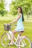 少妇乘驾自行车 免版税图库摄影