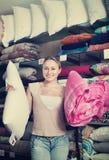 少妇买的卧具物品在纺织品商店 免版税库存照片