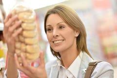 少妇买的曲奇饼画象  库存照片