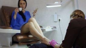 少妇享受做在沙龙的修脚做法  影视素材