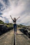 少妇享受在海湾,挪威的晴天 免版税库存图片