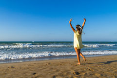 少妇享受在海滩的时间在黄昏 库存图片