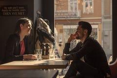 少妇人剪影坐的caffe商店窗口 库存图片