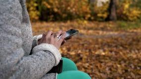 少妇传送与一个手机的信息 女孩使用一个巧妙的电话和发短信给消息 影视素材