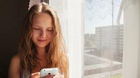 少妇传送SMS信息到您的朋友 股票视频