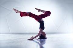 少妇体操运动员 免版税库存照片
