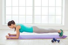 少妇体育锻炼健康生活方式概念 免版税图库摄影