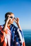 少妇佩带的游泳风镜在阳光下 免版税库存照片