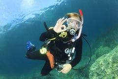 少妇佩戴水肺的潜水 图库摄影