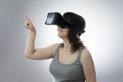 少妇使用虚拟现实玻璃 库存图片