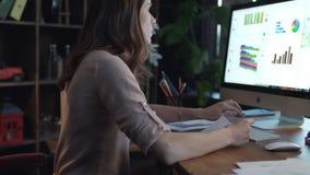 少妇使用计算机的企业分析家引起财政报告 影视素材