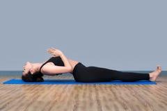 少妇保留安静并且思考,当实践瑜伽时 免版税图库摄影