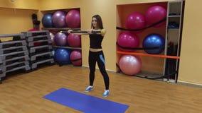 少妇做着锻炼用体育棍子 股票视频