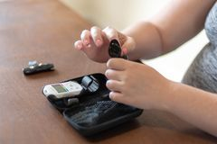 少妇准备在家测试血糖-妊娠d 图库摄影