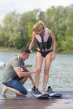 少妇准备好wakeboarding 库存图片