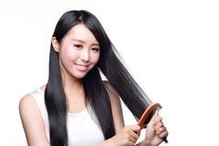 少妇刷子美妙的头发 免版税图库摄影