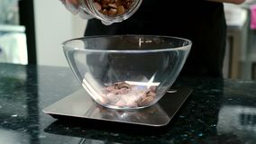 少妇加巧克力饼干入在等级的碗在厨房里 影视素材