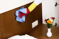 少妇卧室清洁 免版税库存图片