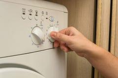 少妇发射的洗衣机 免版税库存图片