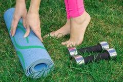 少妇向体育求助 演奏体育本质上与哑铃的女性腿 健康生活方式 图库摄影