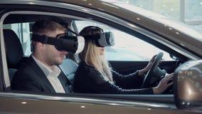 少妇向在一辆新的汽车的一次实验驾驶求助使用VR 库存照片