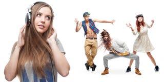 少妇听的音乐和小组背景的舞蹈家 免版税库存图片