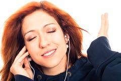 少妇听的音乐 免版税库存图片