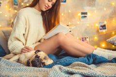 少妇周末在家装饰了有狗特写镜头的卧室 免版税库存照片