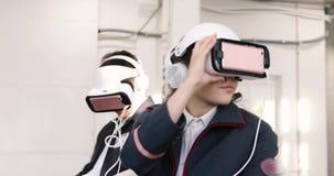 少妇和人户内VR耳机的 股票视频