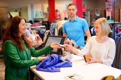少妇和人服装店的 免版税库存照片