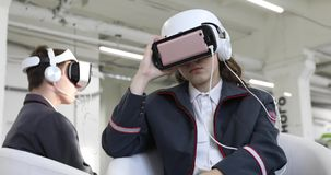 少妇和人VR耳机indoores的 股票视频