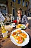 少妇和传统土豆薄烤饼,波兰语 免版税库存图片