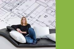 少妇和内部房子计划概念 免版税库存图片