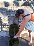 少妇和喷泉在罗马 免版税库存图片