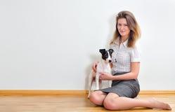 少妇和她可爱的狗 免版税图库摄影