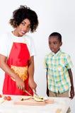 少妇和她的儿子厨师 免版税库存照片